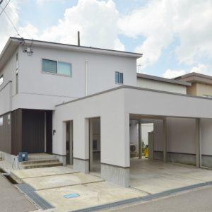 富山市大泉東町の2LDK物件。カーポート付き最大3台駐車可能!