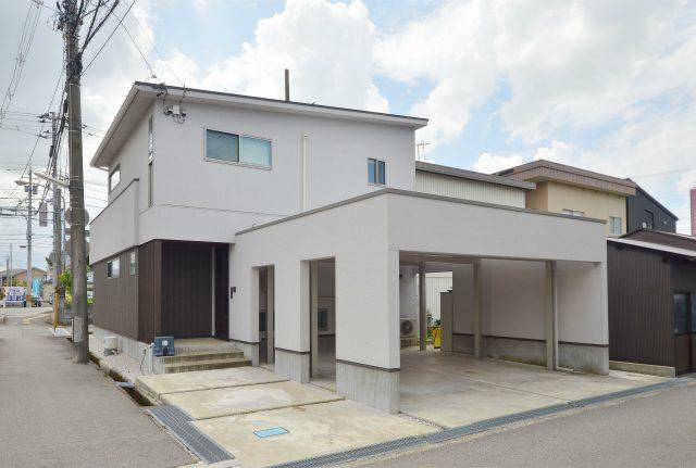 富山市大泉東町の2LDK物件。カーポート付き最大3台駐車可能!のサムネイル画像