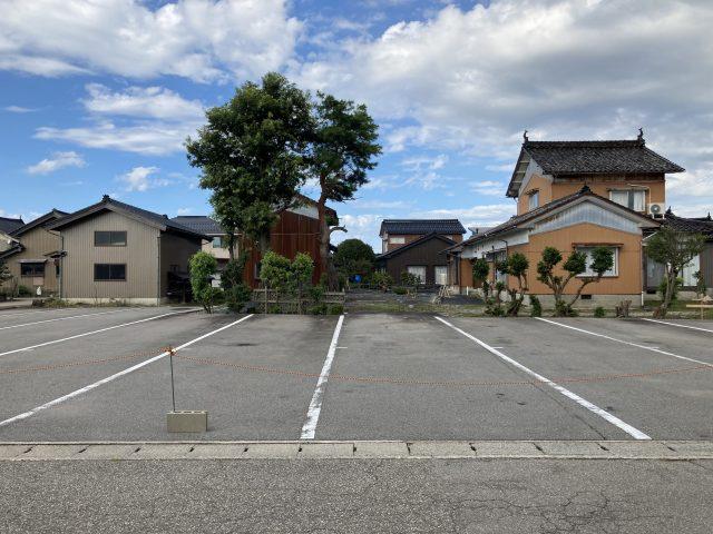 射水市鷲塚売地|約216坪売地。射水市で駐車場や空き地をお探しの方にオススメの土地です。大型トラックも複数駐車可能で、県道31号線へもアクセス良好。のサムネイル画像